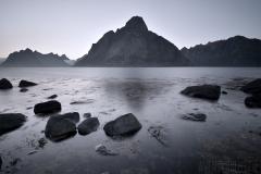 Stenar i kvällsljus